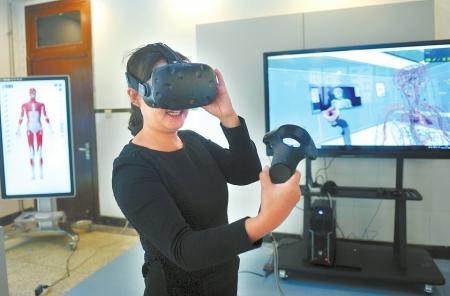 老师演示通过VR看人体构造。
