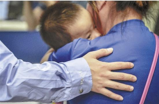 """因为被""""卖""""的经历,孩子回家后十分依恋妈妈。"""