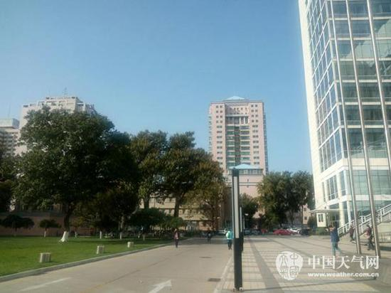 今天(26日)上午,北京海淀区中关村南大街附近天空湛蓝如洗。