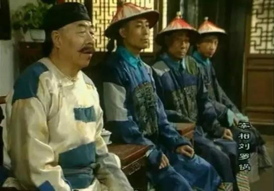 《宰相刘罗锅》中那帮穿着补丁官服的贪官们。