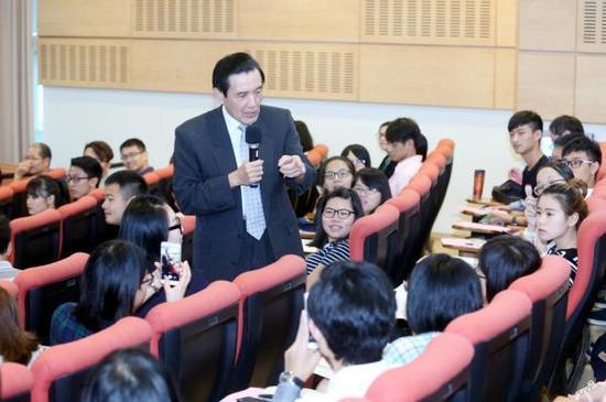 台湾地区前领导人马英九到台湾东吴大学发表演讲。 台湾《联合报》 图