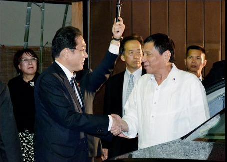日媒:菲总统参加晚宴两次迟到 日外相尴尬等待