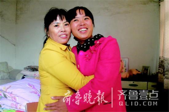 失散28年后,母女俩终于得以团聚。(左:母亲李庆芬;右:女儿唐平)齐鲁晚报・齐鲁壹点记者 王尚磊 摄