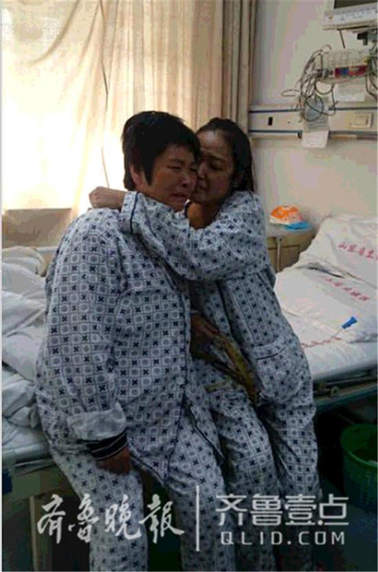 等待出院的母女俩,相拥一起加油。齐鲁晚报・齐鲁壹点记者 王小蒙 摄