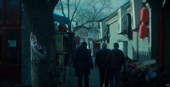 ▲ 《老炮儿》|胡同中有许多易燃品,一烧起来就是一条街