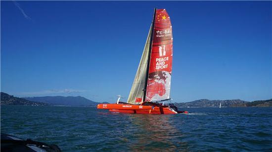 郭川驾驶三体帆船在美国旧金山湾航行。新华社记者徐勇摄