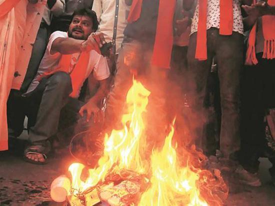 周二加尔各答街头,抗议者焚烧中国货