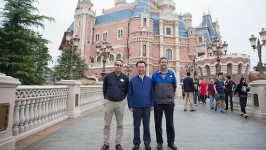 ▲王健林参观迪士尼