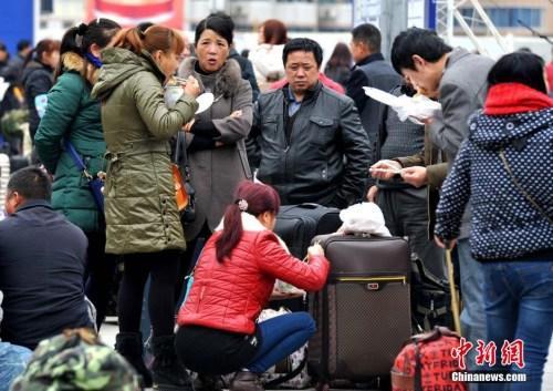 资料图:图为福州火车站外的外来务工人员。张斌 摄