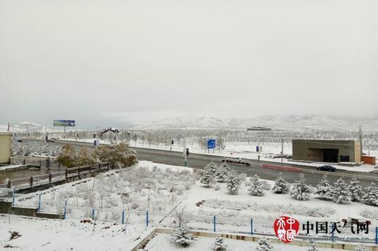 27日,内蒙古呼跟浩特雨雪交集,雨雪当时,气温骤降。