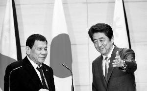 日本宰衡安倍晋三(右)26日与来访的菲律宾总统杜特尔特举办谈判