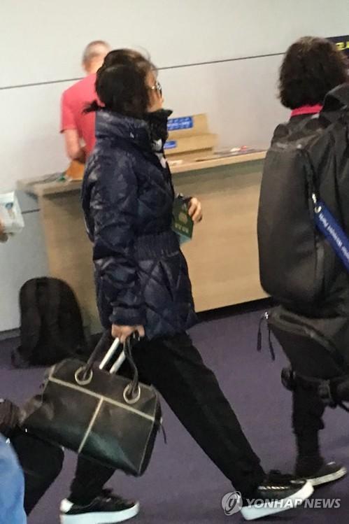 """10月30日上午,在仁川国际机场,""""亲信干政""""事件主角崔顺实(左一)从英国乘飞机返回韩国。"""