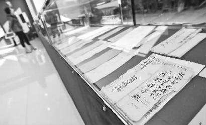 资料馆收藏了大量珍贵的文献资料 新文化记者 郭亮 摄