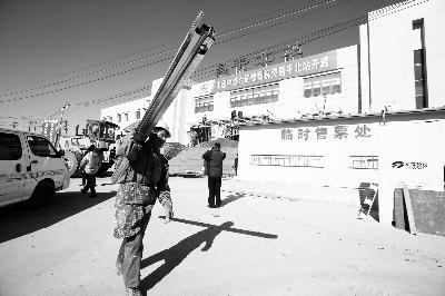 ▲昌平北站改建完工,工人在做最后的收尾工作 ,摄/记者 刘畅