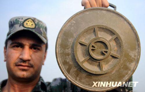 资料图:一位伊拉克扫雷学员在展示地雷模型。新华社记者 姜帆 摄