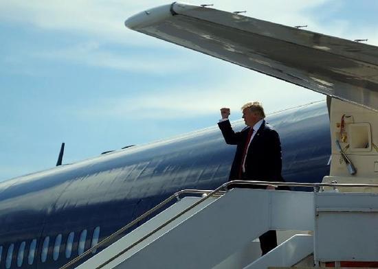 美国共和党总统候选人唐纳德·特朗普10月24日乘机抵达佛罗里达州圣奥古斯丁(图片来源:路透社)