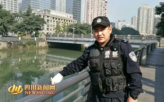 李保进在事发现场向记者示意女子落水的地方