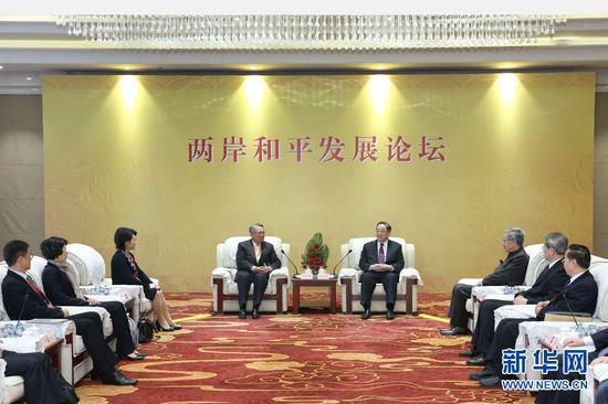 11月2日,中共中间政治局常委、天下政协主席俞正声在北京会见两岸平易发展论坛片面代表和主理单元卖力人。 新华网记者庞兴雷摄