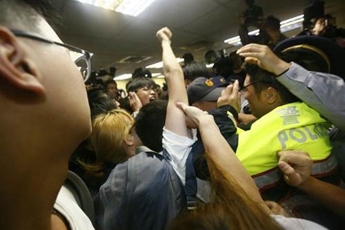 台湾青年攻占民进党党部 点名蔡英文出来对话