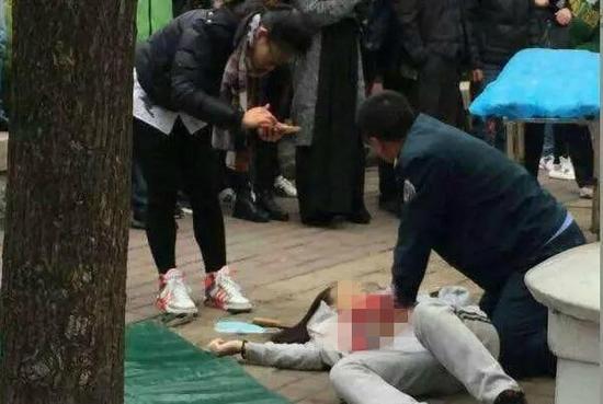 女大学生当街被捅十几刀 行凶者淡定离开(图)
