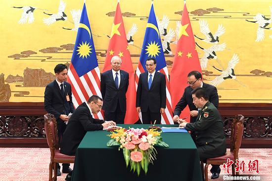 11月1日,中国国务院总理李克强在北京人民大会堂与马来西亚总理纳吉布举行会谈。会谈后,两国总理共同见证了中马基础设施建设、农业、教育、质检、税务、海关、防务等领域十余个双边合作文件的签署。