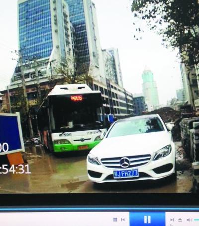 女司机机动车道停车致拥堵1小时被拘
