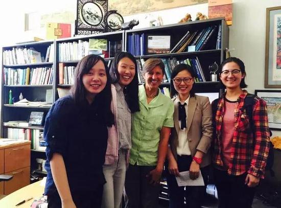 摄制组在加州大学戴维斯分校采访Pamela Ronald教授