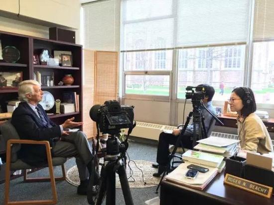 农业转基因技术的奠基人之一、美国国家科学院院士Roger Beachy(左一)接受采访