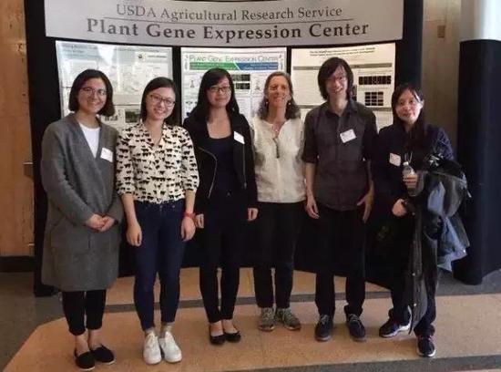 拍摄团队与美国农业部植物基因表达中心主任、美国国家科学院院士Sarah Hake(右三)