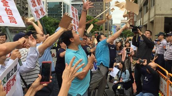 """""""党产会""""日前被国民党抗议者丢薪资袋。(图片来源:台湾东森新闻云)"""
