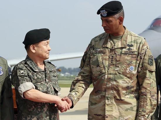 9月13日,韩国乌山空军基地,驻韩美军司令布鲁克斯(右)与韩国联合参谋本部议长李淳镇在美军B-1B战略轰炸机抵达仪式上握手。(新华/美联)