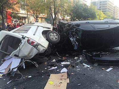 车祸现场,肇事的奥迪车最终在撞上一辆面包车后翻停。新京报记者 赵凯迪 摄