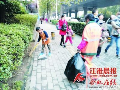 网友拍到的薛俊熙帮奶奶扫地的情形。