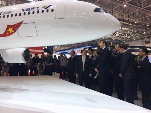 2日,在珠海航展上,中俄双方人员参观将联合研发的远程宽体客机的模型。