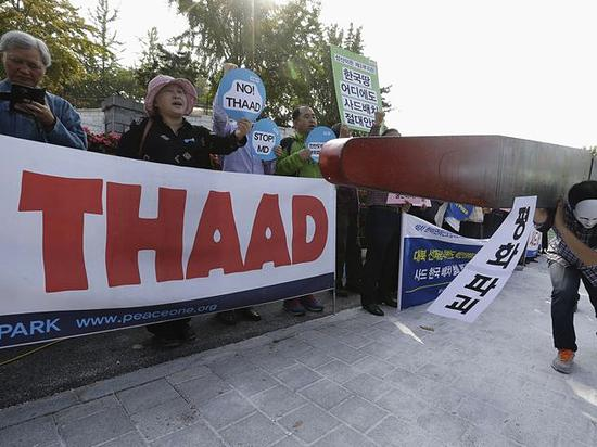 """韩国民众在首尔国防部前抗议""""萨德""""系统入韩。(新华/美联)"""