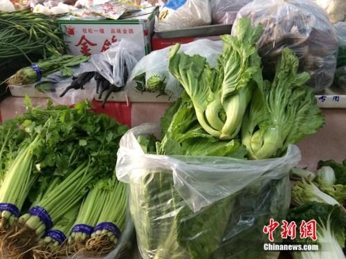 北京某便民超市销售的蔬菜。中新网 邱宇 摄