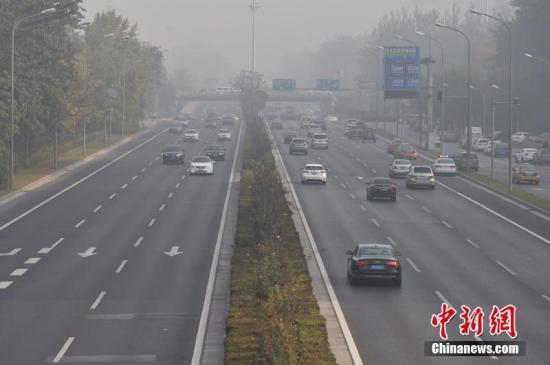 11月5日早晨,北京大雾弥漫,部分地区出现能见度不足200米的强浓雾。同时中到重度霾持续。北京市气象台11月4日晚21时发布大雾橙色预警信号,预计至11月5日早晨本市大部分地区有能见度小于200米的浓雾,局地能见度小于50米。中新网记者 金硕 摄
