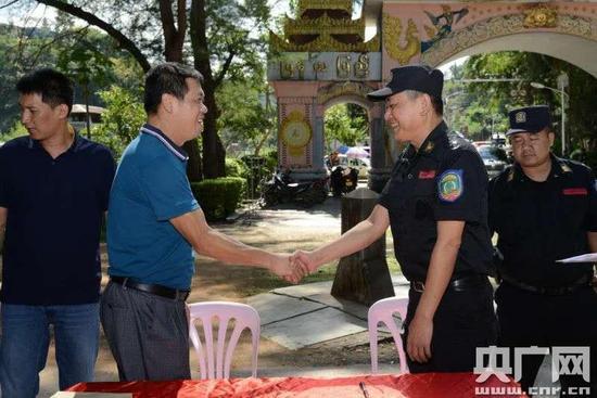 缅甸第四特区小勐拉警方在中缅打洛港口将涉案职员移送我公安构造(央广网发 李起飞 摄)
