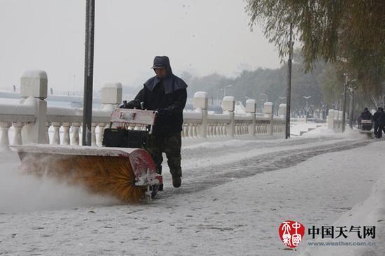 3日下午至4日早上,黑龙江牡丹江降下今冬首场暴雪。图为环卫工在清雪。