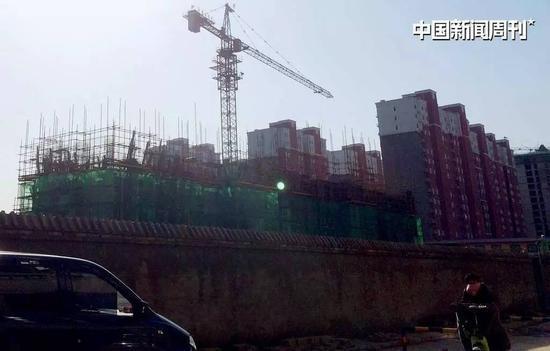 2016年11月,北高营村仍有许多房产项目在建设中。 图|《中国新闻周刊》记者杨智杰