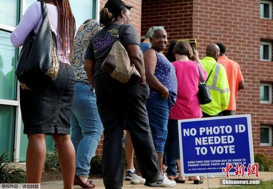 当地时间10月20日,美国北卡罗来纳州开启大选提前投票,当地民众排队前往投票站投票。