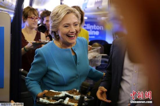希拉里前往纽约投票站为自己投票 丈夫陪同(图)