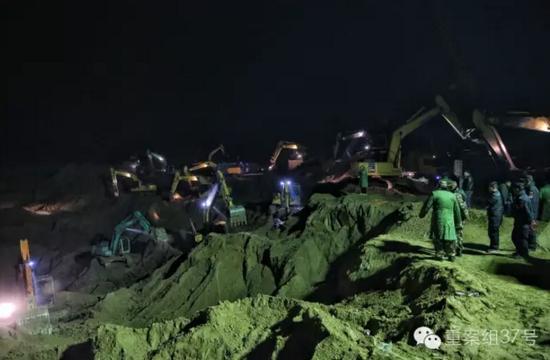 """11月8日晚,现场救援仍然进行,挖掘作业已接近井底,进入""""最后冲刺""""阶段。    新京报记者 彭子洋 摄"""