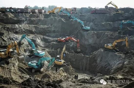 参与救援的挖掘机、推土机、翻斗车齐聚现场。    新京报记者 彭子洋 摄