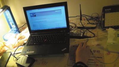 民警在嫌疑人孙某家起获笔记本电脑、硬盘等涉案物品。图中笔记本电脑页面为孙某登录的境外隐秘论坛网站。警方供图