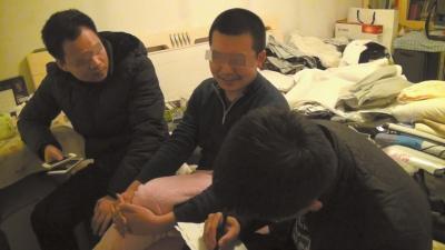 民警在嫌疑人孙某(中)家中将其抓获,孙某向民警供述其通过境外隐秘网站和QQ群传播淫秽信息的过程。