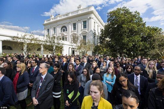白宫职员聆听奥巴马演讲 部分人忧心落泪