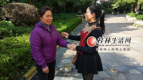 郭女士拉着秦大姐(左)的手,连连表示感谢。记者莫俊 摄
