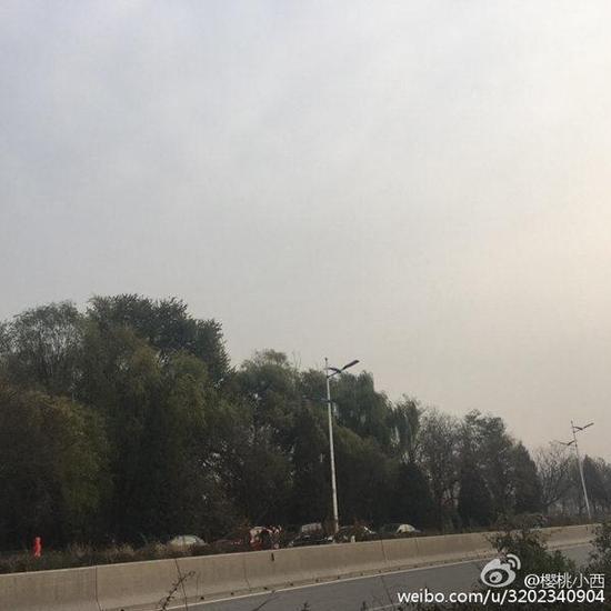 11日9时许,北京清河天空能见度不佳。