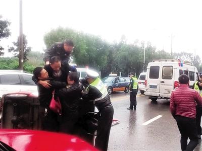 三轮车侧翻3人被困 5名交通执法员奋勇救人